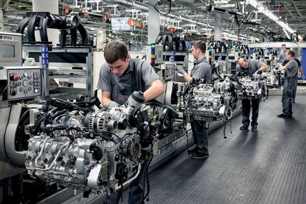 Рабочие на заводе
