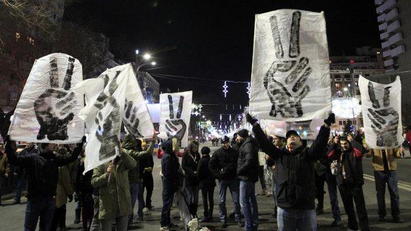 Румыны с плакатами на улице