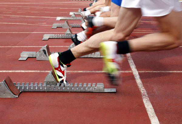 Соревнования по бегу, спортсмены на старте