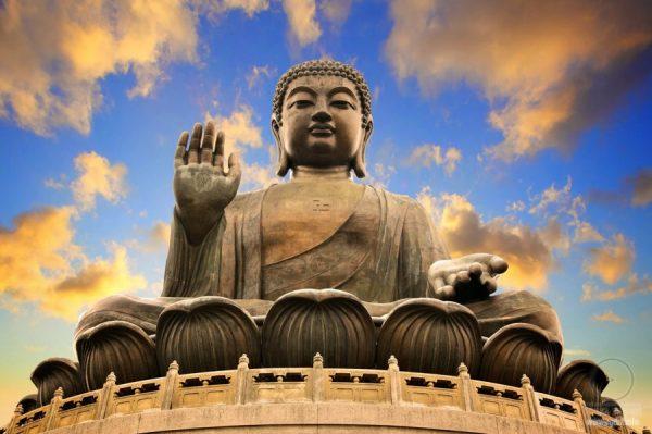 Статуя Будды на фоне неба