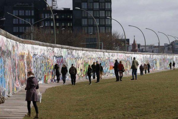 Часть Берлинской стены с граффити