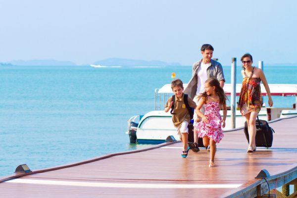 Дети с родителями в путешествии