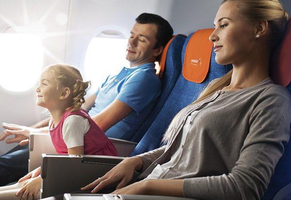 Девочка со взрослыми в самолёте