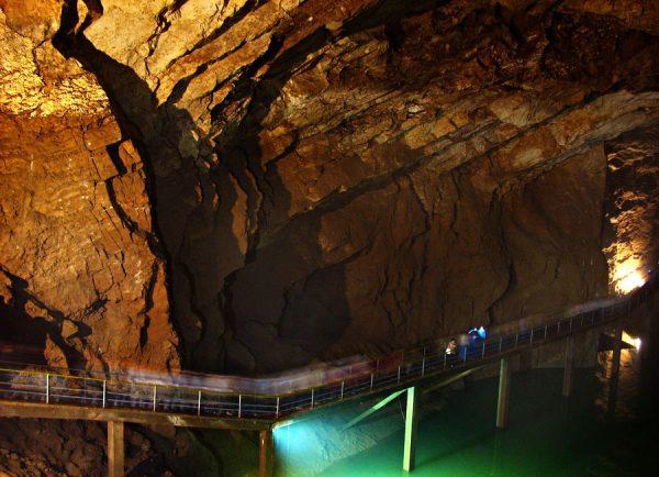 Дорога внутри Новоафонской пещеры