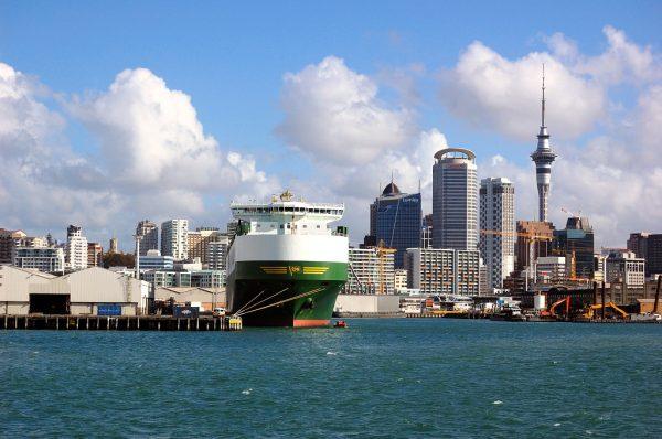 Корабль возле причала в Окленде
