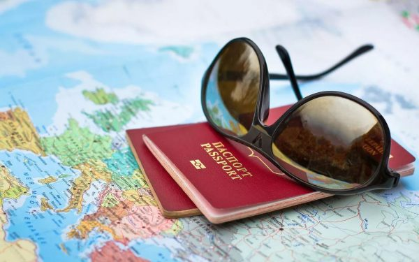 Очки, паспорта и карта