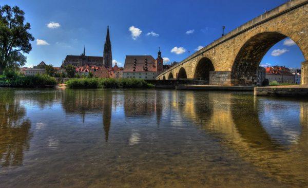 Мост над рекой в городе Регенсбург