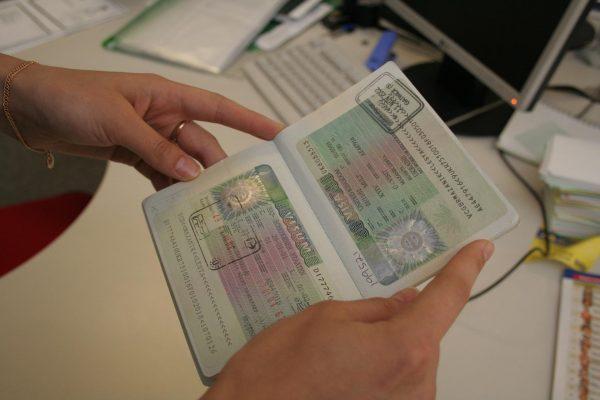 Паспорт с визой в руках