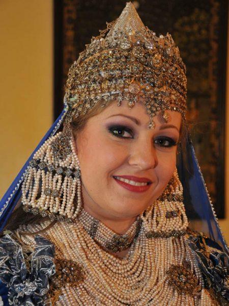 Женщина в национальном алжирском костюме