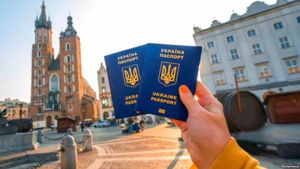 Украинские паспорта и городской пейзаж