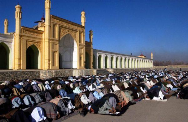 Афганцы молятся в мечети