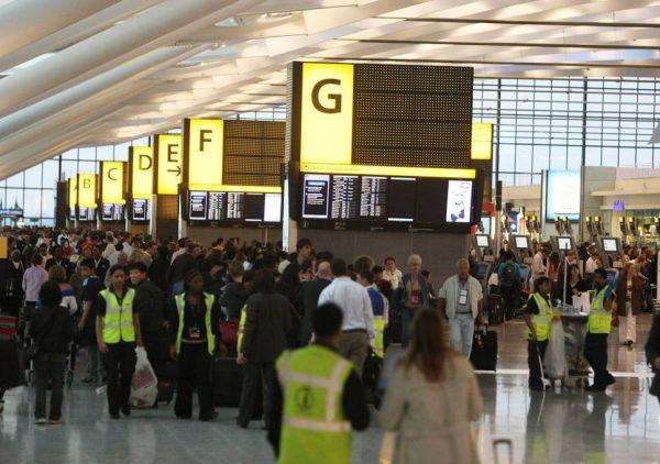 Авиапассажиры в аэропорту