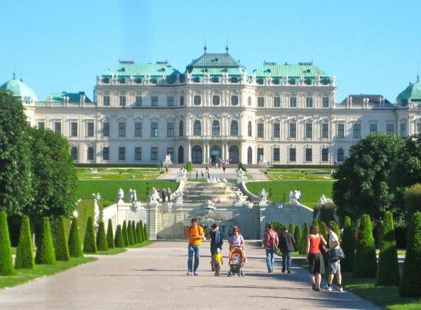 Вид на городское здание в Австрии