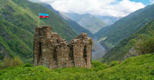 Развалины форта на фоне гор