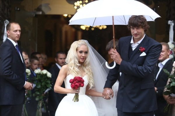 Молодожёны под зонтиком