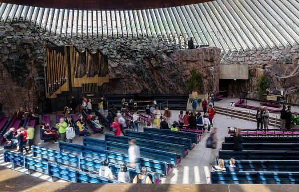 Церковь Темппелиаукио внутри скалы в Финляндии