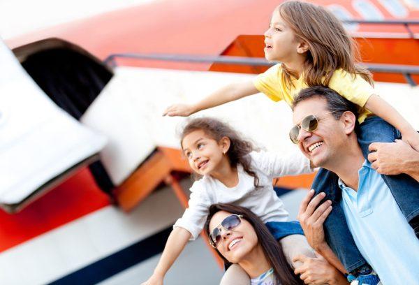 Дети с родителями возле самолёта