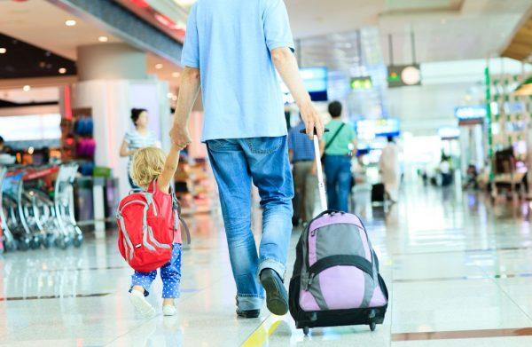Ребёнок с отцом в аэропорту