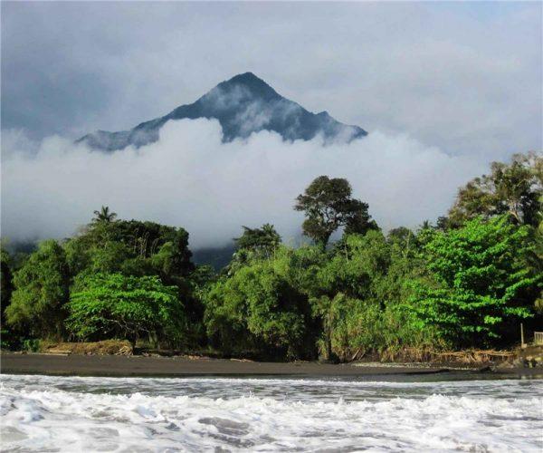 Вулкан Камерун в облаках