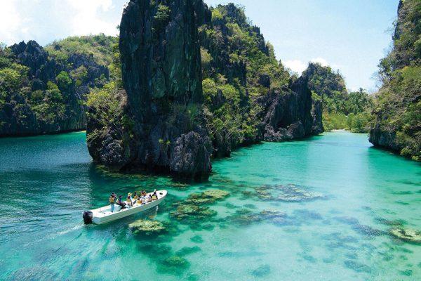 Скалы около побережья Филиппин