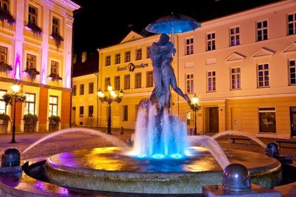 Фонтан «Влюблённые» на центральной площади Тарту