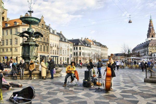 Фонтан Аистов на улице Стрёгет в Копенгагене