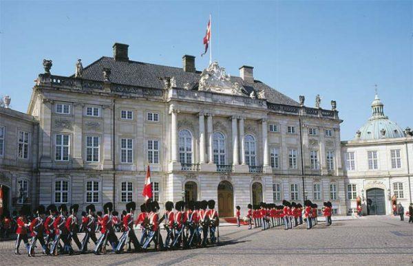 Гвардейцы у Амалиенборга