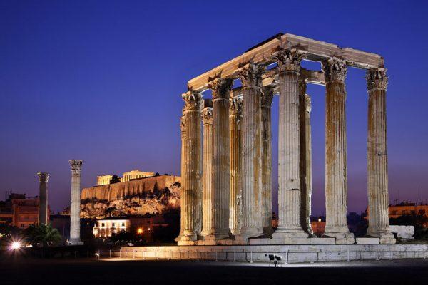 Храм Зевса на фоне ночного неба