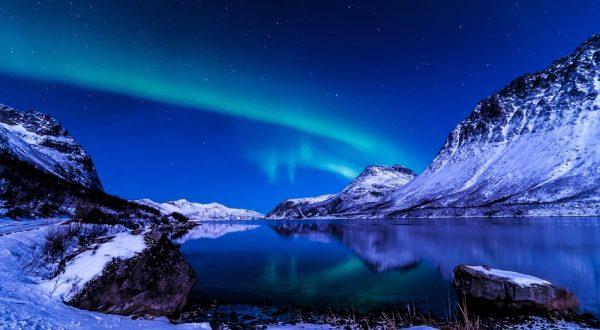 Северное сияние в Исландии зимой