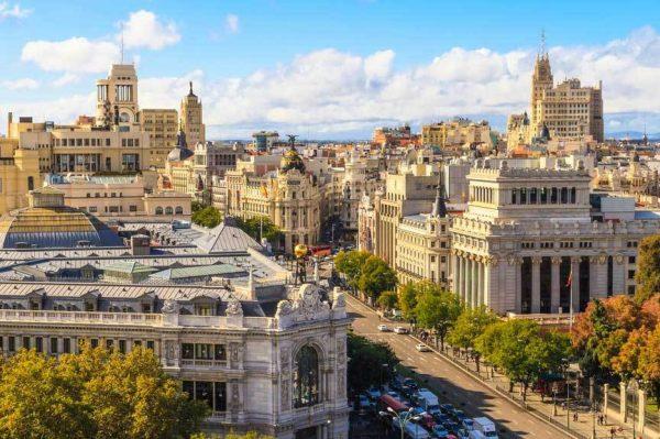 Вид на испанский город осенью
