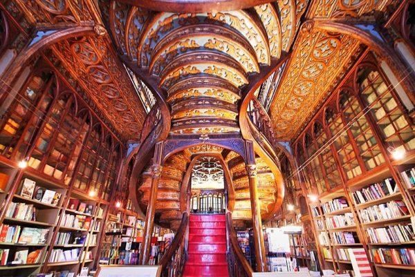 Книжная лавка Livraria Lello в городе Порту