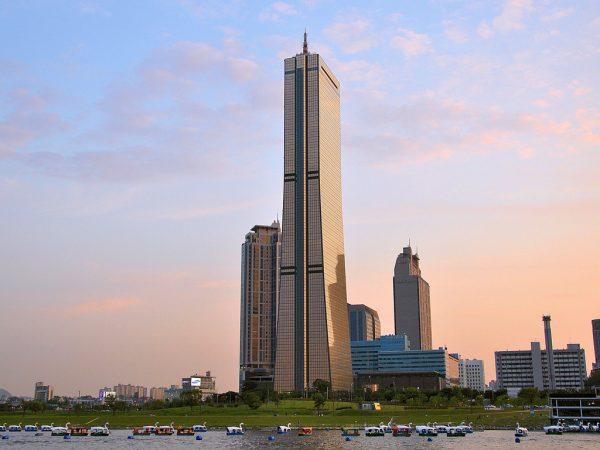 Небоскрёб Юксам-Билдинг в Сеуле