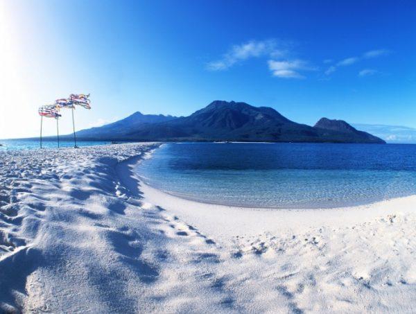 Пляж острова Камигин с белым песком