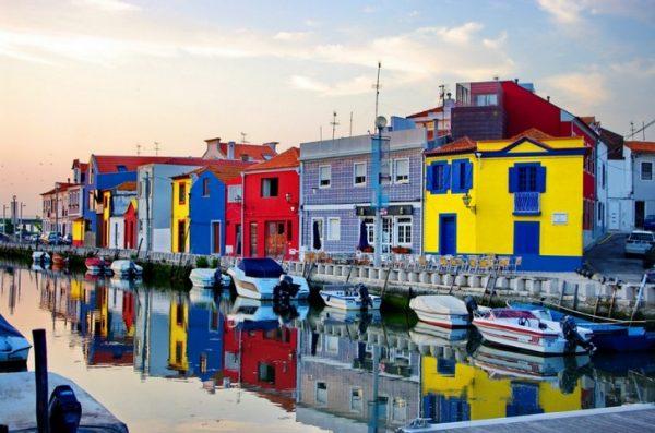 Разноцветные здания города Авейру