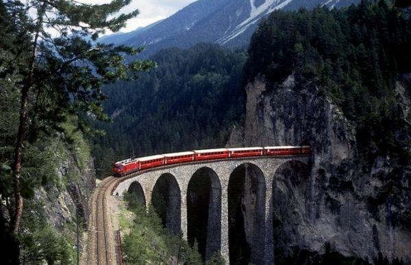 Ретийская железная дорога в районе Граубюнден Швейцарии