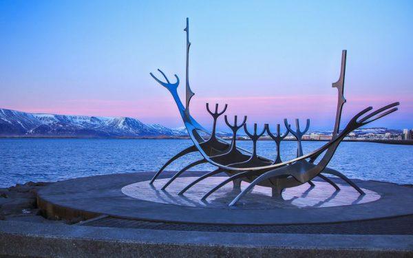 Скульптура Солнечная ладья в Рейкьявике