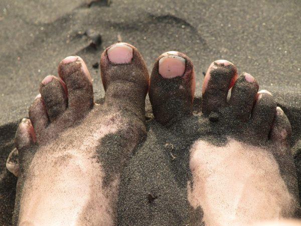 Чёрный песок на Шоколадном пляже