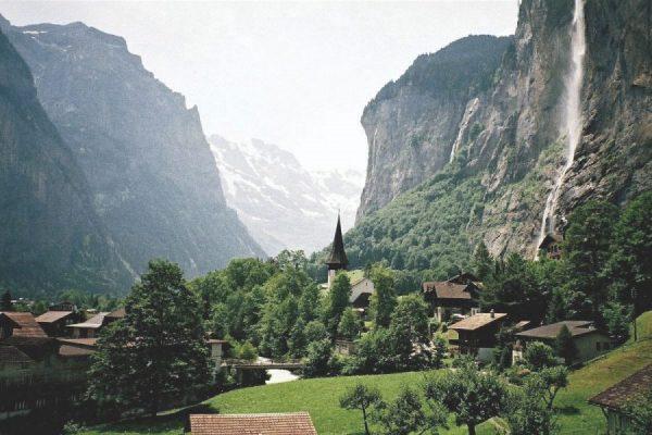 Поселение в горах Швейцарии