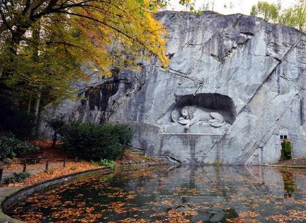 Скульптура «Умирающий лев»