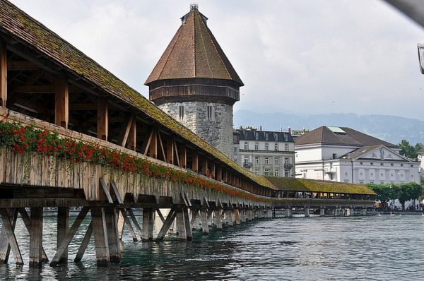 Старинный деревянный мост Капелльбрюкке