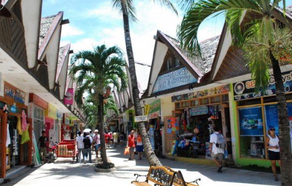Торговый цеңтр D Mall на острове Боракай