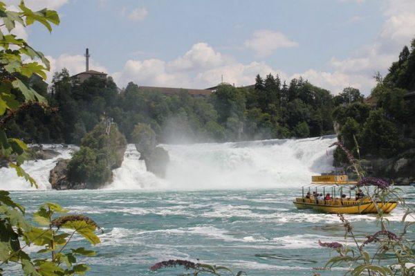 Вид на Рейнский водопад в Швейцарии