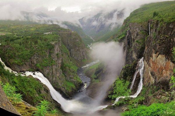 Водопад Вёрингсфоссен в долине Мобёдален