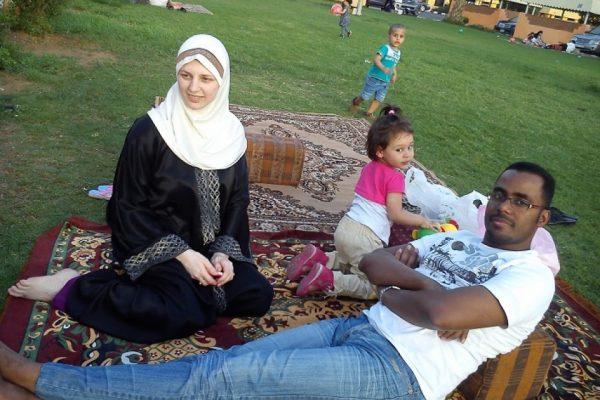 Мусульманская семья на пикнике