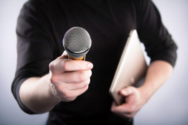 Мужчина с микрофоном
