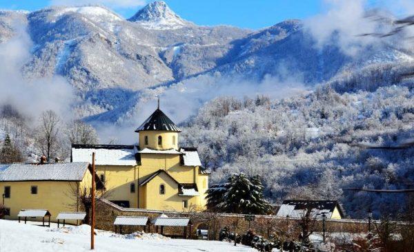 Монастырь Морача зимой