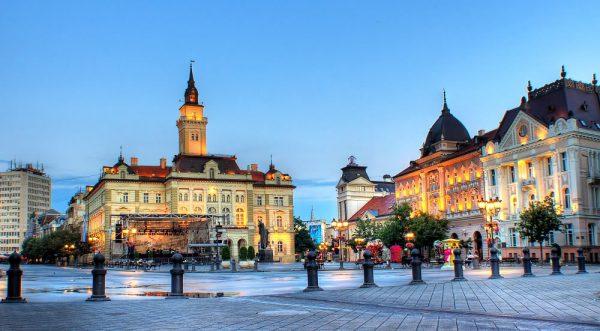 Вечерний вид на ратушу Нови-Сада