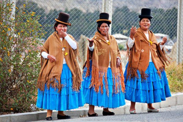 Боливийки в национальных костюмах