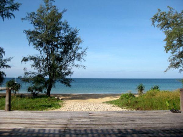 Дорога в одному из пляжей Камбоджи