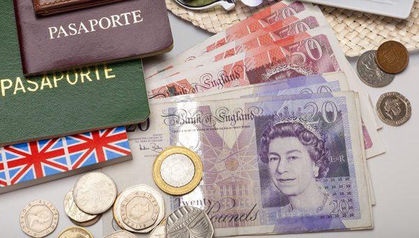 Банкноты и монеты в фунтах стерлингов